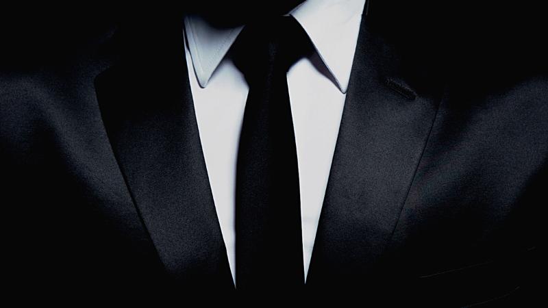 スーツ姿の男性の胸元の画像