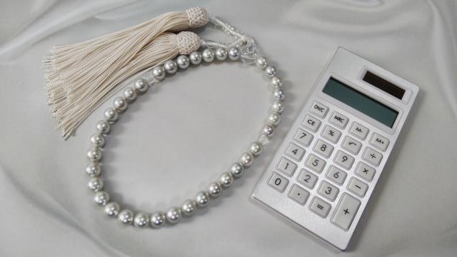 数珠と電卓の写真