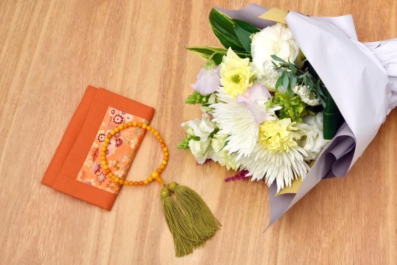 花と数珠の画像
