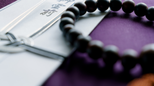 香典と黒い数珠の画像
