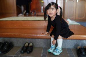 黒い服装の子供