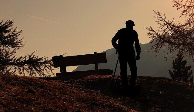 丘に立つ老人