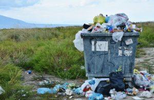 ゴミでいっぱいのゴミ箱