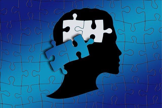 パズルの中に人の横顔が浮いている