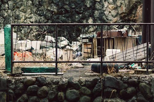フェンス越しのゴミ