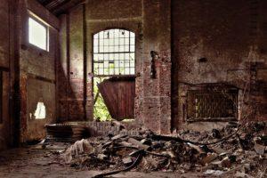 古いゴミがたまっているレンガの家