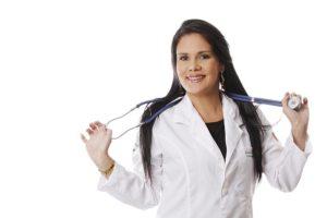女性看護師が聴診器を持っている写真