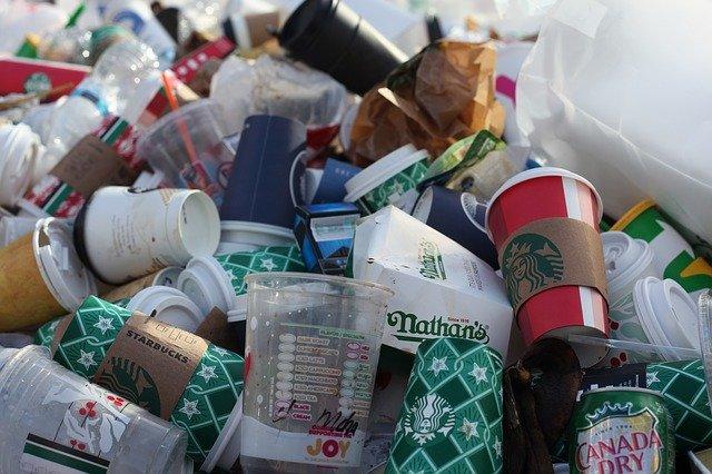 紙コップのゴミの山