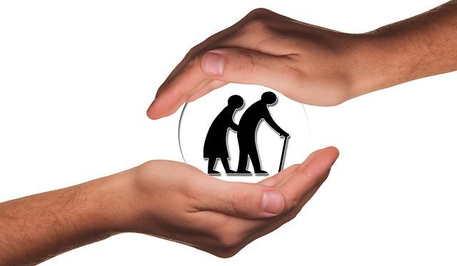 高齢者を包み込む手