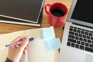 付箋の貼られたノート、パソコン