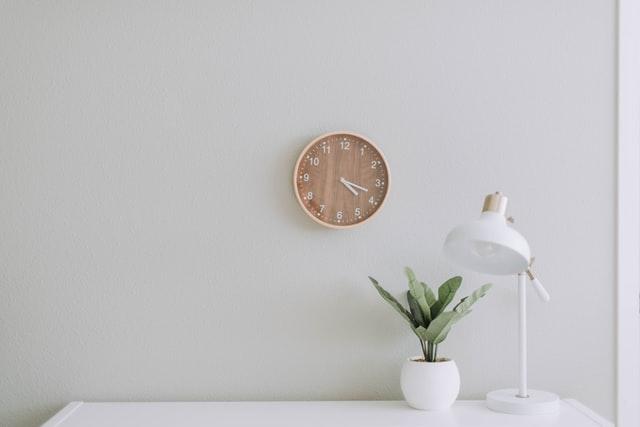 時計とスタンドライト、観葉植物