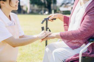 老人の介護をする女性
