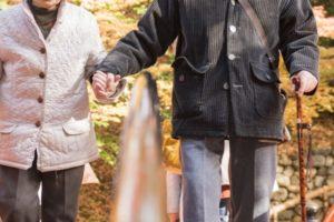 老夫婦が手をつないで歩く姿