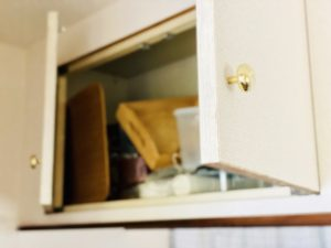 開いたキッチン上の戸棚