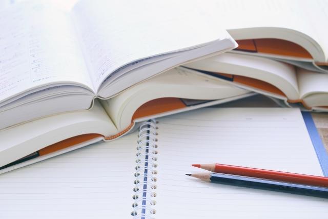 開いた本とノートと鉛筆