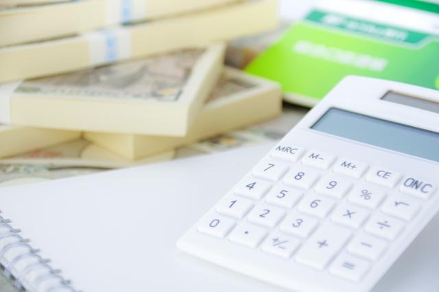 お金と電卓と通帳