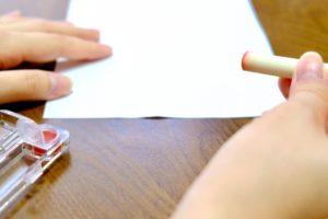 印鑑を持つ手と書類