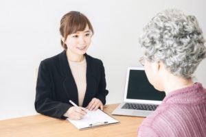契約を交わす高齢女性