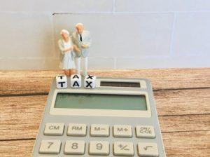 終活中に税金で悩む老夫婦