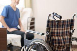 高齢者と車椅子