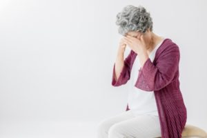 悩む高齢者の女性